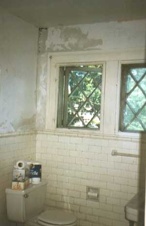 A bath in need of renovation