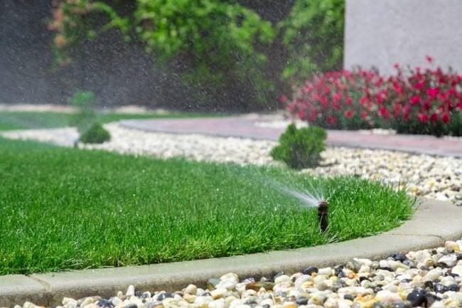地面和地上的最佳草坪洒水器选项