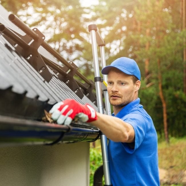 How Much It Costs to Hire a Handyman to Clean the Gutters