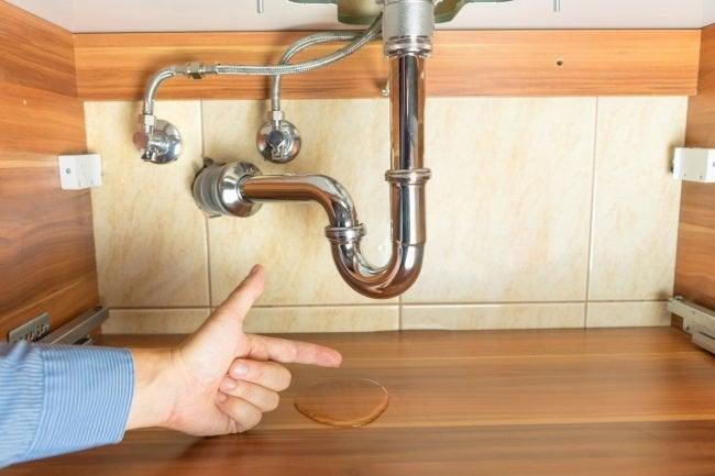 كيفية البحث عن تسرب المياه عن طريق الأحواض