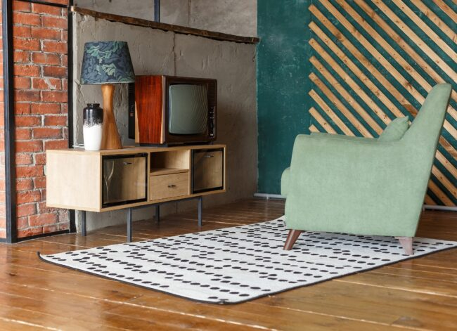 vintage-room-with-carpet-old-fashioned-armchair-retro-tv-tv-stand-picture-id1157430069