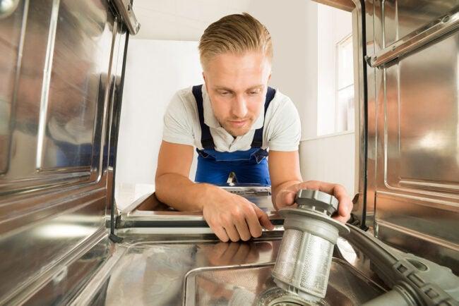 洗碗机由于供水线损坏而获得水