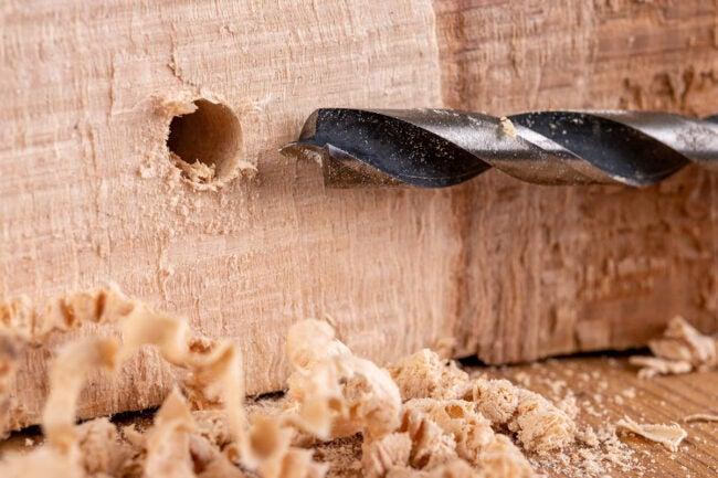 如何让一个木匠蜂夹钻三个侧孔
