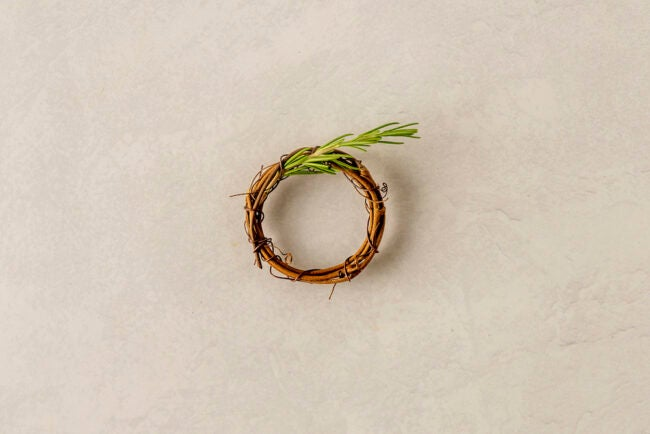 home decor ideas -- DIY napkin ring wreath