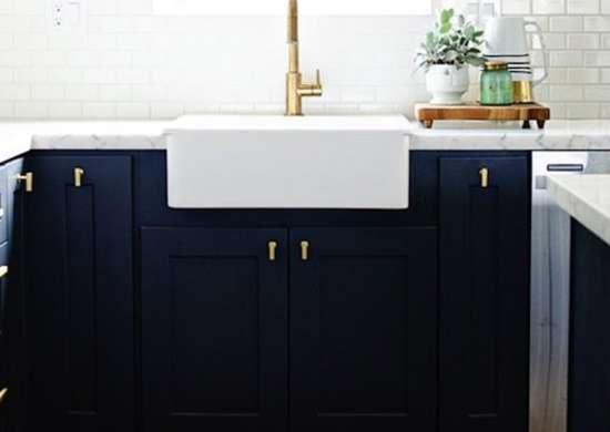 Темно-синие кухонные шкафы