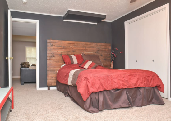 Коричневая спальня в подвале