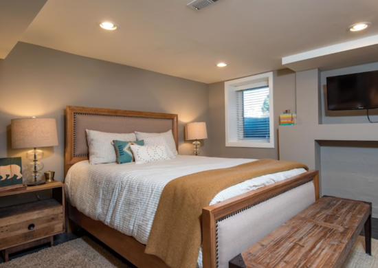 Красивая спальня на цокольном этаже