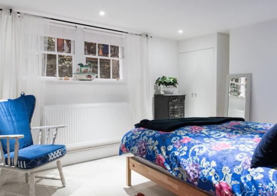 Сине-белая спальня в подвале
