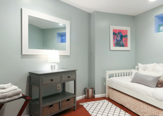 Спальня в зеленом цокольном этаже