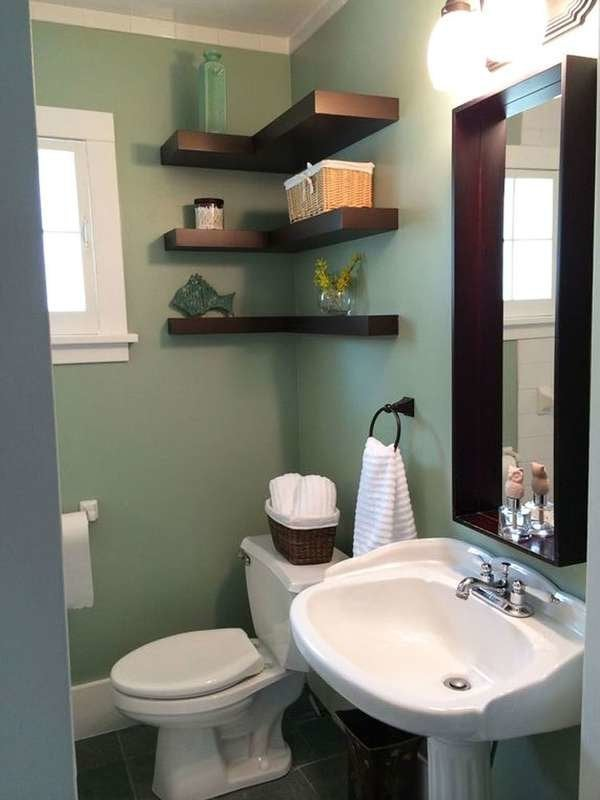 Ванная комната с угловыми полками