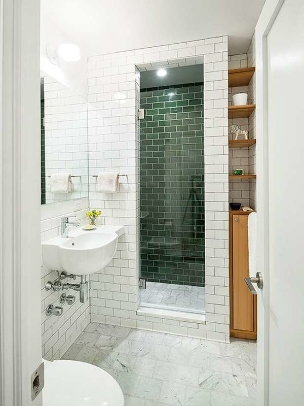 Маленькая ванная комната с зеленой плиткой