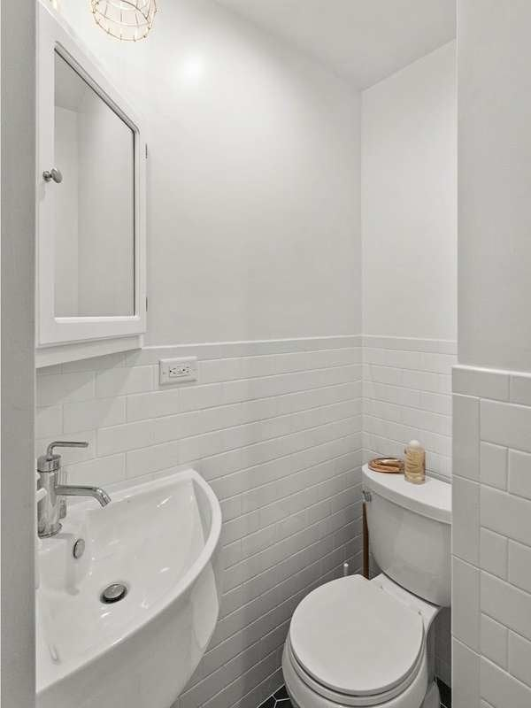 Маленькая ванная комната с угловой раковиной