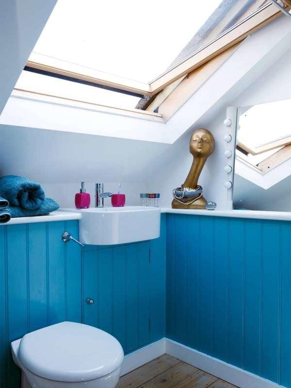 Маленькая ванная комната с синими шкафами