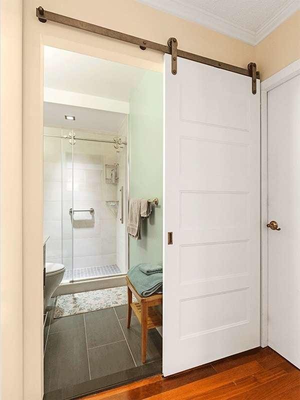 Ванная комната с раздвижной дверью