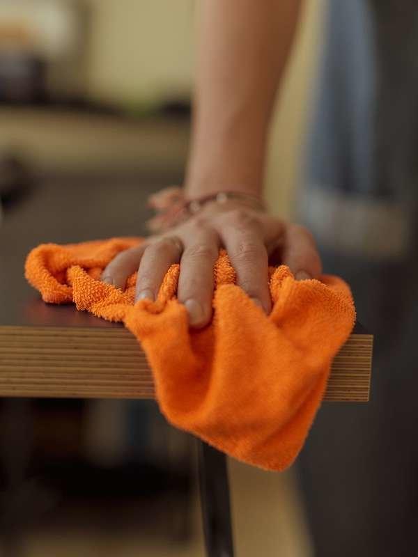 Не чистите деревянную мебель уксусом