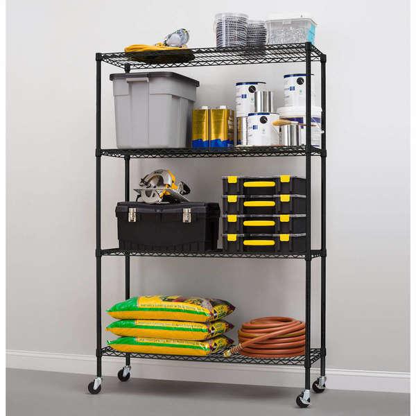 Garaje con estantes de almacenamiento rodantes
